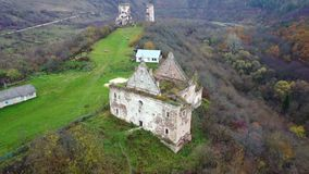 Mening van de mening van het vogel` s oog van de geruïneerde kerk en de ruïnes van het Chervonohorod-Kasteel ukraine stock video