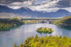 Mening van de heuvel Ojstrica aan de beroemdste plaats in Slovenië Blejski Otok stock fotografie