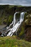 Mening van de heuvel tegengesteld aan Fagrifoss (Mooie waterfal royalty-vrije stock afbeeldingen
