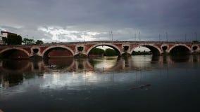 Mening van de historische brug over de rivier Garonne in Toulouse stock footage