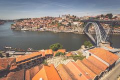 Mening van de historische stad van Porto, Portugal met Dom Luiz B Stock Fotografie