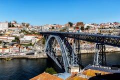 Mening van de historische stad van Porto, Portugal met de Dom Luiz-brug Stock Foto