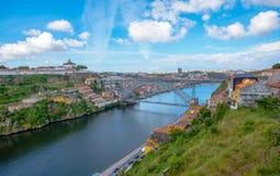 Mening van de historische stad van Porto, Portugal met de Dom Luiz-brug Stock Foto's