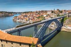 Mening van de historische stad van Porto, Portugal met Dom Luiz B Royalty-vrije Stock Fotografie