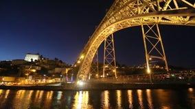 Mening van de historische stad van Porto, Portugal met Dom Luiz I brug bij nacht stock footage