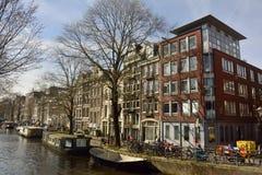 Mening van de historische woon en commerciële bouw op de hoek van Bloemgracht en Eerste Bloemdwarsstraat in Amsterdam Stock Afbeelding