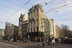 Mening van de historische woon en commerciële bouw op de hoek van Koningsplein en Herengracht in Amsterdam Stock Foto