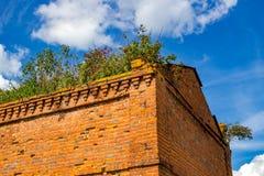 Mening van de hoek van een oud verlaten gebouw royalty-vrije stock foto's