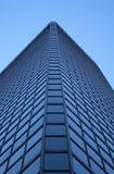 Mening van de hoek van a glas-windowed wolkenkrabber Royalty-vrije Stock Fotografie