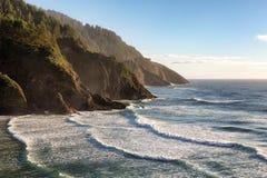 Mening van de Hoofdvuurtoren van Heceta op de de vreedzame kustlijn van Oregon stock foto