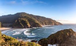 Mening van de Hoofdvuurtoren van Heceta op de de vreedzame kustlijn van Oregon royalty-vrije stock foto's