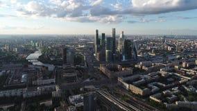 Mening van de hoogte aan de Stad met Morden-Commercieel Centrum stock videobeelden