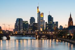 Mening van de horizon van Frankfurt-am-Main bij schemer langs Hoofdrivier met Royalty-vrije Stock Foto
