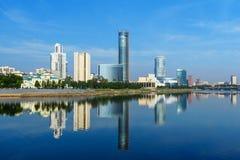 Mening van de horizon van het stadscentrum en Iset-rivier yekaterinburg Rusland Stock Afbeelding