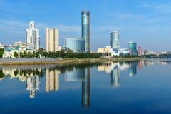 Mening van de horizon van het stadscentrum en Iset-rivier yekaterinburg Rusland Royalty-vrije Stock Afbeeldingen