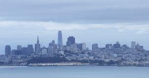 Mening van de horizon van San Francisco over het water 4K stock footage