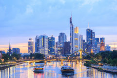 Mening van de horizon van Frankfurt-am-Main bij schemer Stock Fotografie