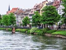 Mening van de huizen van Straatsburg naast water royalty-vrije stock afbeeldingen