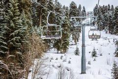 Mening van de kabelbaan van de de skitoevlucht van Hatsvali Khatsvali in de winter Kabels, bos en berg Ushba Mestia, Georgië Stock Foto's