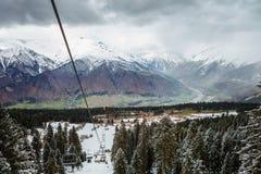 Mening van de kabelbaan van de de skitoevlucht van Hatsvali Khatsvali in de winter Kabels, bos en berg Ushba Mestia, Georgië Stock Afbeeldingen