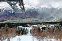 Mening van de kabelbaan van de de skitoevlucht van Hatsvali Khatsvali in de winter Kabels, bos en berg Ushba Mestia, Georgië Stock Fotografie