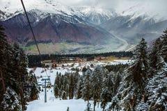 Mening van de kabelbaan van de de skitoevlucht van Hatsvali Khatsvali in de winter Kabels, bos en berg Ushba Mestia, Georgië Royalty-vrije Stock Afbeeldingen