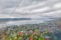 Mening van de kabelwagen op Noorse stad Tromso royalty-vrije stock foto's