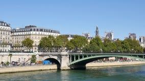 Mening van de kaden van de Zegen in Parijs, Frankrijk, tijdens de zomer stock videobeelden