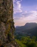 Mening van de kant van rotsachtige berg Stock Foto's