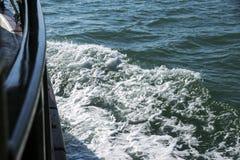 Mening van de kant van schip op de oceaangolven royalty-vrije stock foto's