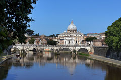 Mening van de kathedraal en de brug de Engel van Heilige van Heilige Peter, Rome Royalty-vrije Stock Foto's
