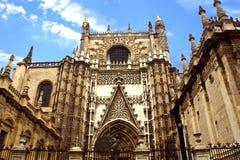 Mening van de kathedraal van Sevilla en La-giralda stock foto's