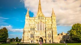 Mening van de de kathedraal de voorvoorgevel van Salisbury in Salisbury het UK stock afbeeldingen