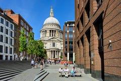 Mening van de Kathedraalkerk van St Paul de Apostel Londen, het UK royalty-vrije stock afbeeldingen