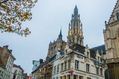 Mening van de kerk en de klokketoren van Antwerpen in bewolkte regenachtige dag royalty-vrije stock foto