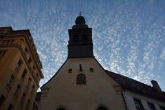 Mening van de Kerk en de mooie hemel in Bratislava Stock Afbeelding