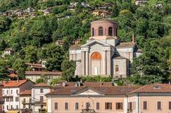 Mening van de kerk van Sant Ambroggio in Laveno Mombello, provincie van Varese, Italië royalty-vrije stock afbeeldingen