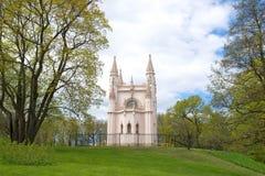 Mening van de Kerk van St Alexander Nevsky in Alexandria Park in de Meidag Peterhof Royalty-vrije Stock Afbeelding