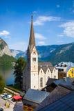 Mening van de kerkklokketoren van Hallstatt Christuskirche Stock Foto