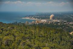 Mening van de kernenergieinstallatie door het overzees in Vandellos, Tarrago Royalty-vrije Stock Foto's