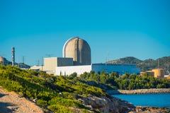 Mening van de kernenergieinstallatie door het overzees in Vandellos, Tarrago Stock Afbeeldingen