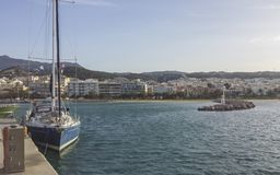 Mening van de kleine haven van Rethimno en de stad op de achtergrond royalty-vrije stock foto's