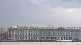 Mening van de Kluis in heilige-Petersburg van Neva River in de dag van de wolkenzomer stock footage