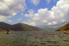 Mening van de Kotor-Baai met dramatische wolken Stock Foto