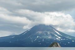 Mening van de Kuril vulkaan En Kuril meer, het Schiereiland van Kamchatka, Rusland stock afbeeldingen