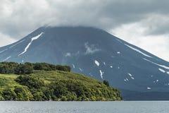 Mening van de Kuril vulkaan En Kuril meer, het Schiereiland van Kamchatka, Rusland royalty-vrije stock foto's