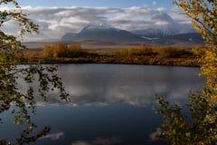 Mening van de kust van het meer aan de bergen royalty-vrije stock foto