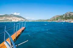 Mening van de kust van Turkije aan recreatief schip stock foto