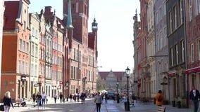 Mening van de lange het lopen straat Gdansk Polen stock videobeelden