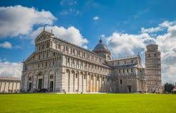 Mening van de leunende toren van Pisa en Duomo met wolken in hemel Stock Afbeeldingen